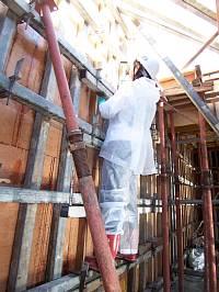 岐阜のFrameWork設計事務所の現場「各務原の家」 高いところも登って型枠を叩きます キレイなコンクリート打ち放し