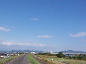 岐阜の長良川 晴れ渡った堤防がジョギングコース