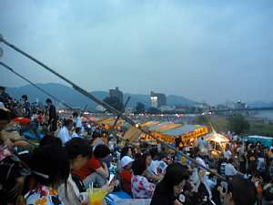 岐阜長良川の花火 多くの人で大賑わい