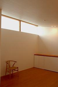 岐阜のFrameWork設計事務所の物件「西中島の家」 オープンハウスが終わってまったり、窓から入り込む光が美しい。Yチェアが空間を引き立てます