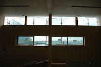 岐阜のFrameWork設計事務所の現場「大野町の家」 天井に沿った開口はそのまま外部と繋がります。空がキレイに見えるはず