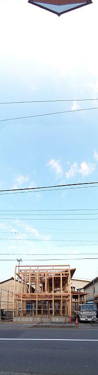 岐阜のFrameWork設計事務所の現場「上土居の家」 上棟翌日の姿 道路の反対側から撮影