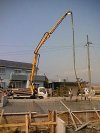 岐阜のFrameWork設計事務所の現場「大野町の家」 基礎のコンクリート打設 ポンプ車とお施主さん