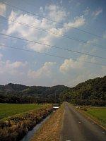 マウンテンバイクでサイクリング 田舎道の脇の用水路の水音が涼しさを感じさせる