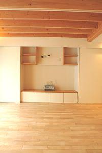 岐阜のFrameWork設計事務所の物件「三橋の家」のリビングです。天井は梁を表しています