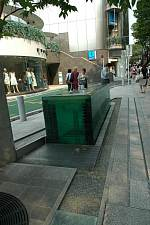 表参道に建つ 建築家 安藤忠雄さんの2006年の作品 表参道ヒルズ 鋭角な先端部分にあるオブジェ