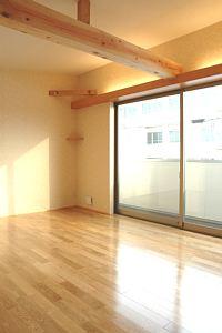 岐阜のFrameWork設計事務所の物件「三橋の家」の2階の寝室です。大きな梁が現しになってます。開口も大きく明るいです