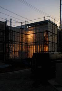 岐阜のFrameWork設計事務所の現場「大府の家」 木造2階建です。道路からの外観は窓がありません。完成すると光が漏れることはありません