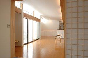 岐阜のFrameWork設計事務所の物件「西中島の家」のリビングからダイニングを見ています。奥行きがあり、広がりを感じられます