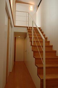 岐阜のFrameWork設計事務所の物件「西中島の家」リビングを通して階段に光が降り注ぎます