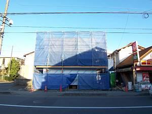 岐阜のFrameWork設計事務所の現場「上土居の家」 ブルーシートに覆われた建物 道路から