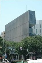 表参道に建つ 建築家 隈研吾さんの2003年の作品 one 外観は木のルーバー