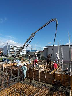 岐阜のFrameWork設計事務所の現場「各務原の家」キレイな青空のもと1階の壁2階の床のコンクリートを打設中