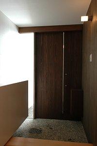 岐阜のFrameWork設計事務所の物件「西中島の家」の玄関です。外部から続く板張りがいい感じです