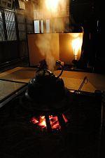 岐阜県の世界遺産白川郷へ 合掌造りの中では囲炉裏で暖を取りながらお茶をいただけます