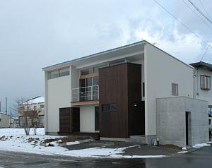 岐阜のFrameWork設計事務所の物件「西中島の家」の外観です。混構造でコンクリート打ち放しの部分がいい感じです。雪が降りました