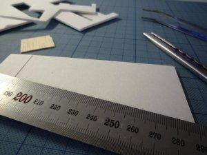 模型 スチレンボードをカッターと定規を使ってパーツを製作中