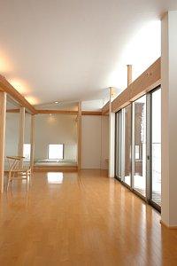岐阜のFrameWork設計事務所の物件「西中島の家」 リビングは2階です。窓が大きく明かりが広がります。風通しもいいです。奥には和室があります