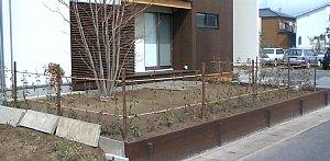 岐阜のFrameWork設計事務所の物件「西中島の家」 お施主さん自ら植えた レッドロビン 素人とは思えません