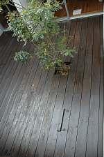 岐阜のFrameWork設計事務所の物件「七郷の家」の中庭のデッキの塗替え