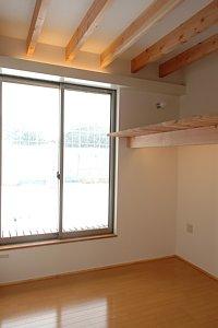 岐阜のFrameWork設計事務所の物件「西中島の家」の子供室。こちらはちょっと狭いです。天井は梁現しです。