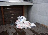 岐阜 FrameWork設計事務所 七郷の家 白い砂利 デッキに運びました