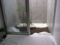 岐阜 FrameWork設計事務所 七郷の家 白い砂利 バスコートに敷いている途中です