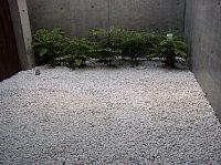 岐阜 FrameWork設計事務所 七郷の家 白い砂利 和室の庭にも敷きます 施工完了 とても綺麗でいい感じ