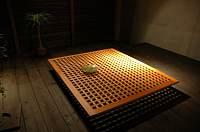 岐阜 FrameWork設計事務所 七郷の家 中庭 デッキに格子テーブルを設置