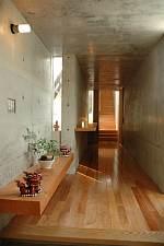 岐阜 FrameWork設計事務所 七郷の家 玄関から奥に廊下が伸びています