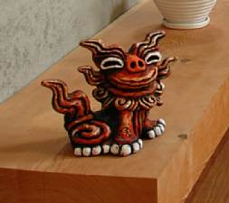 岐阜 FrameWork設計事務所 七郷の家 玄関にはシーサーが待っています 笑顔がいい感じ
