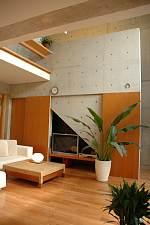 岐阜 FrameWork設計事務所 七郷の家 階段の下はテレビスペース 扉で隠すこともできます