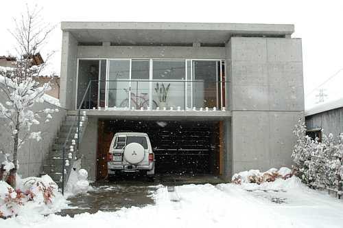岐阜 FrameWork設計事務所 七郷の家 階段とベランダに並ぶ小さい雪だるま