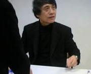 建築家 安藤忠雄 サインをひとりずつ書いてます